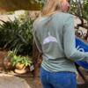חולצת וי ארוכה עם סנפיר בגב-6099